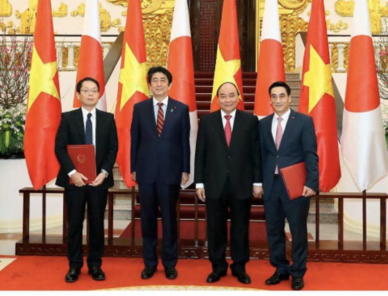 Thủ tướng Nguyễn Xuân Phúc và Thủ tướng Nhật Bản Shinzo Abe chứng kiến lễ ký kết